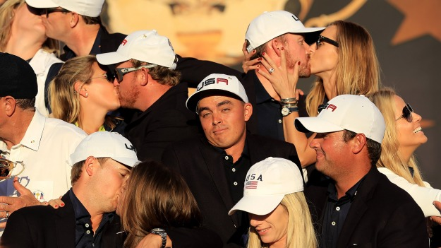 fowler_1920_rydercup16_kissing2